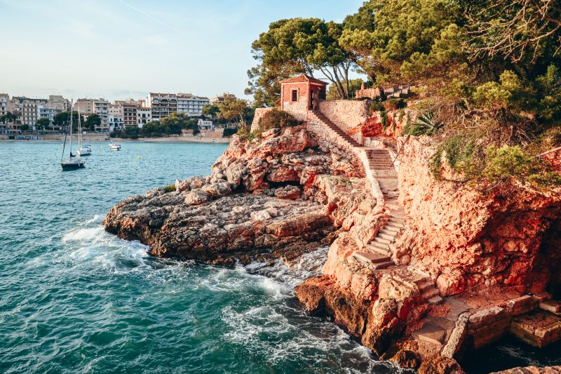 Wakacje na Majorce – co warto zobaczyć i gdzie się zatrzymać? Najpiękniejsze plaże, Palma de Mallorca, Alcudia, Plaża Es Trenc, Cap de Formentor I inne atrakcje